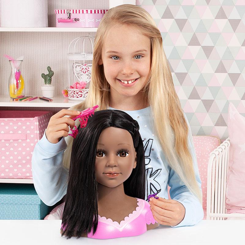 Charlene Super Model coiffant la tête du coiffeur