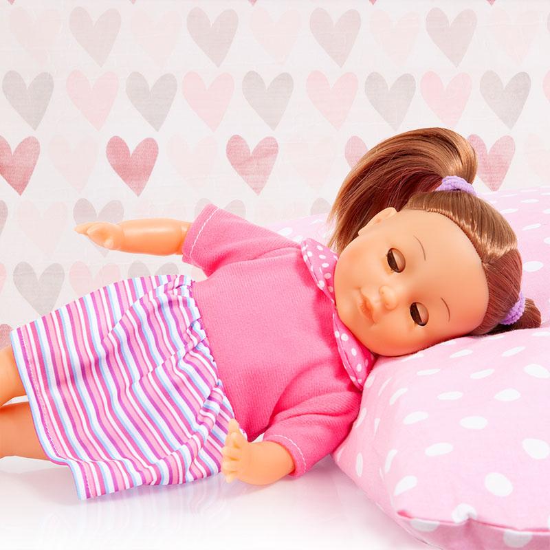 Charlene Little Love schließt ihre Augen wenn sie schläft