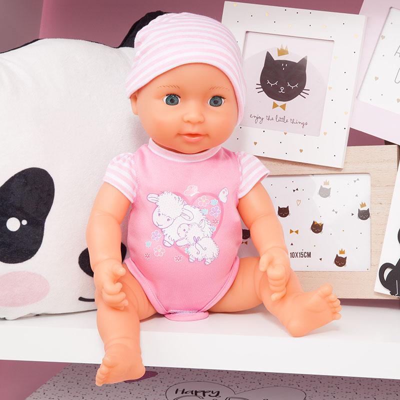 Piccolina Newborn Baby trägt einen schönen Strampler mit Schafmotiv