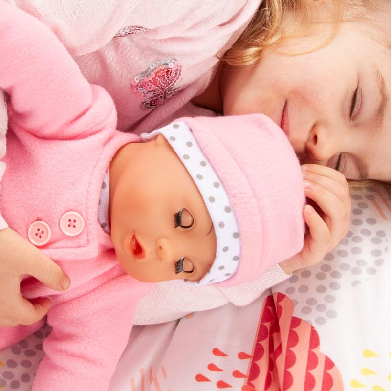 Baby Lisa schließt ihre Augen wenn sie schlafen gelegt wird