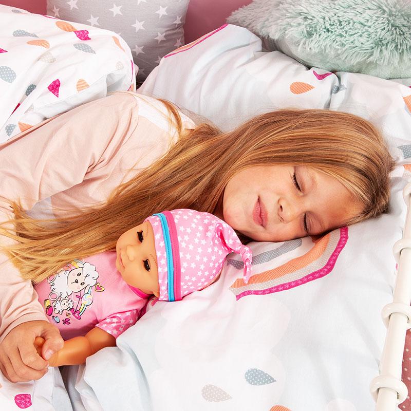 Lisa Newborn Baby schließt ihre Augen wenn sie müde wird