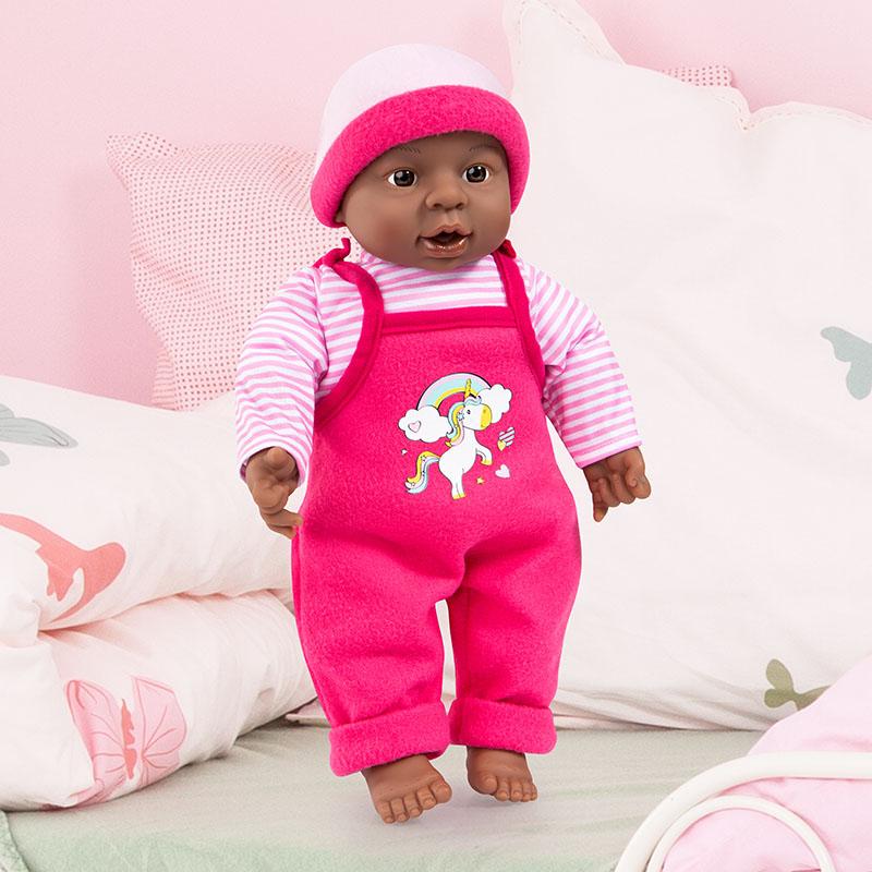 Interactive Baby mit Latzhose und süßem Outfit.