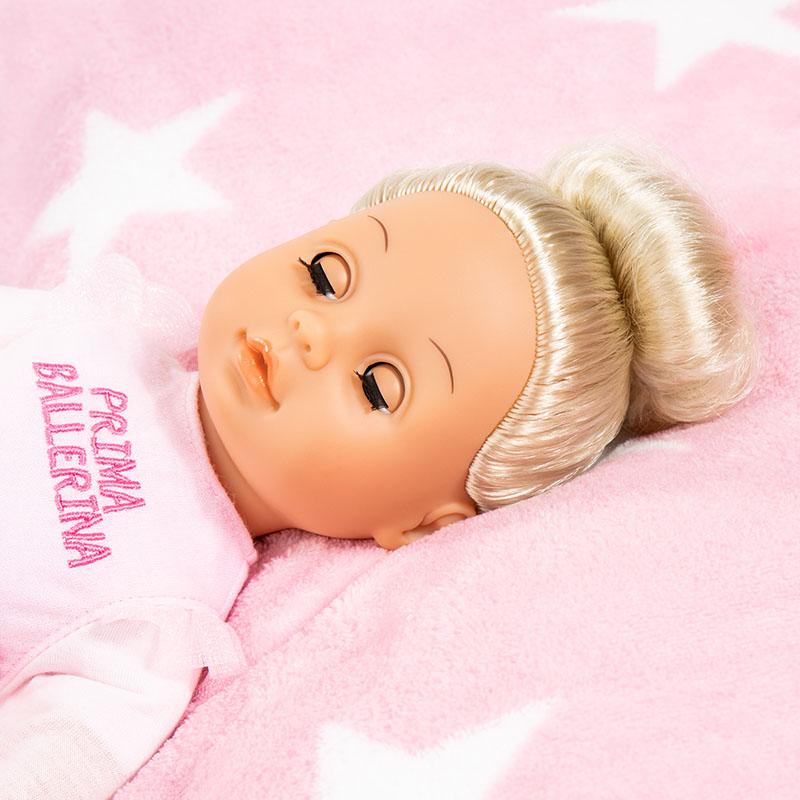 Anna Prima Ballerina schließt ihre Augen wenn sie müde wird